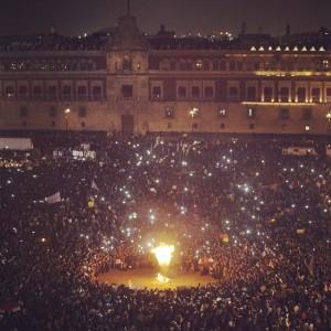 Protesta en el Zócalo de la Ciudad de México. Noche del 20 de Noviembre, 2014.- Via Proceso Facebook.